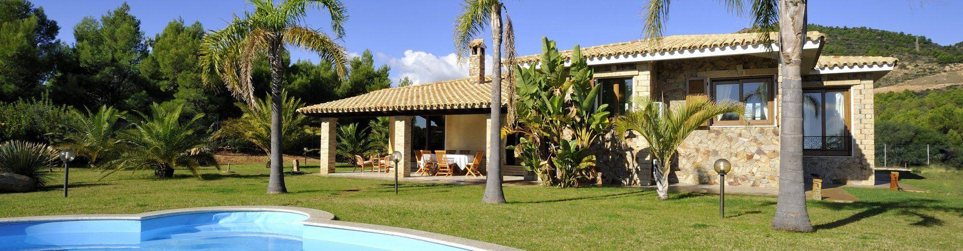 Pool mit Blick auf die Villa