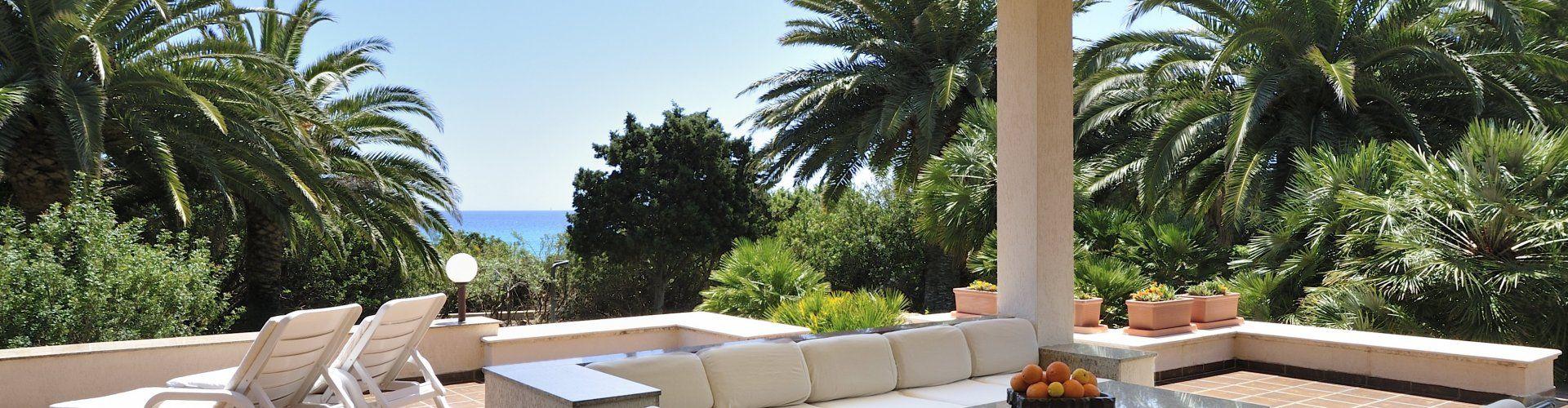 Terrasse mit großem Loungebereich und Blick auf den Garten
