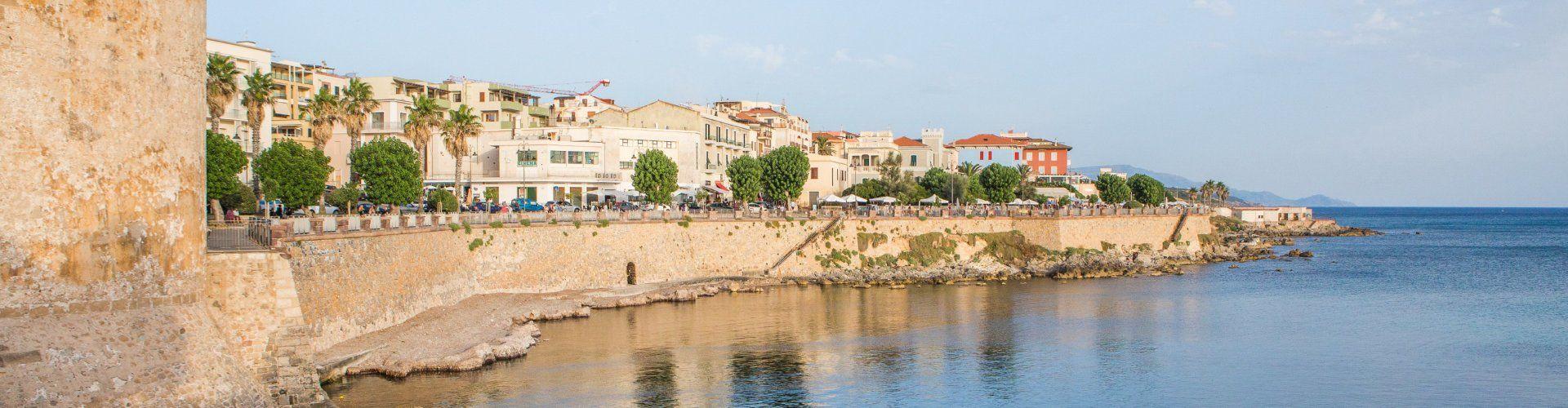 Stolz thront Alghero hinter der Stadmauer auf dem Meer