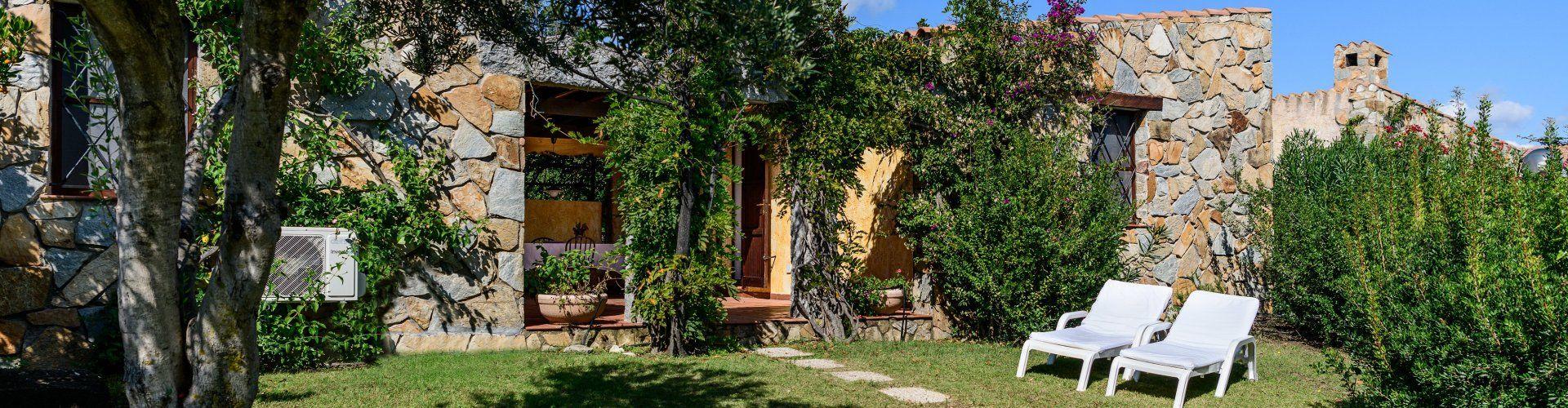 Großer Garten  mit Sonnenliegen Meloni 1 in Sant Elmo