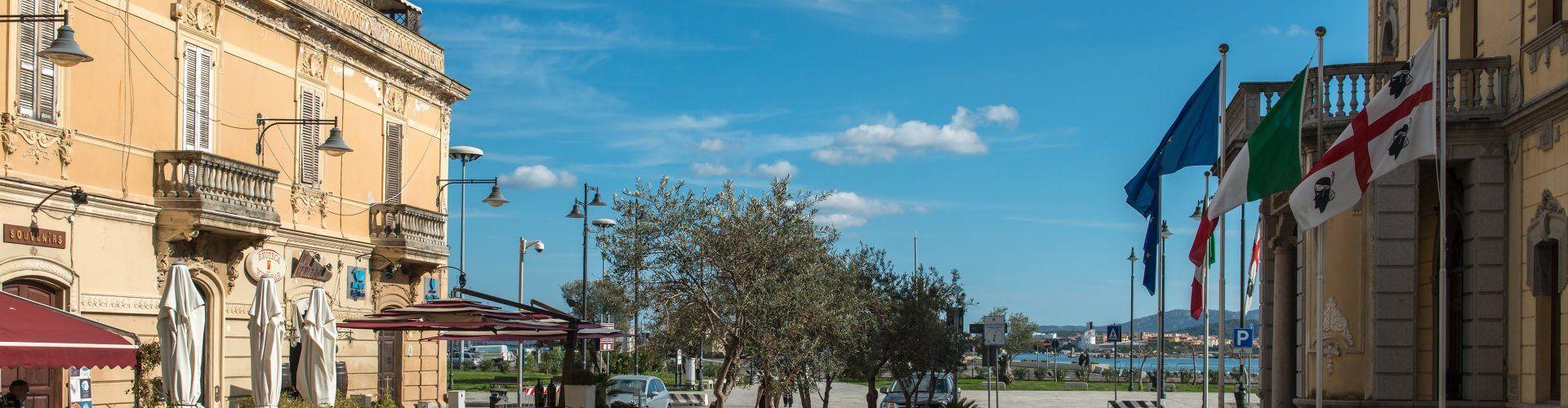 Einkaufsstrasse Corso Umberto I und Hafen von Olbia