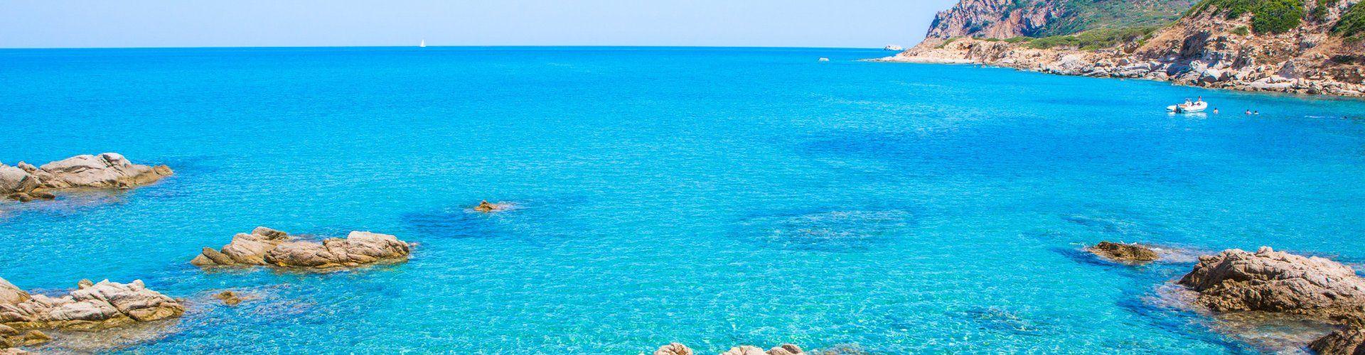 Kristallklares Wasser gibt den Blick auf die Unterwasserwelt des Capo Ferrato frei
