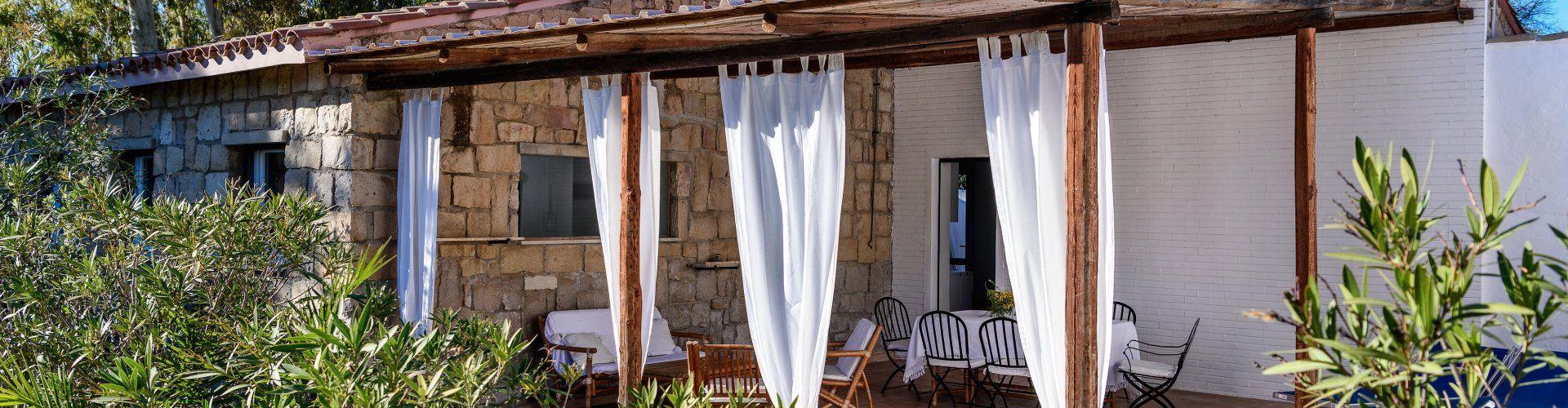 Überdachte Terrasse von Su Faru 3 Pula mit Sofa, Esstisch und Sonnenliegen