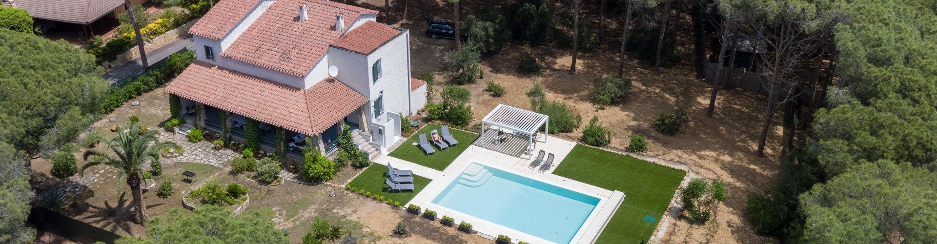 Blick von oben auf Haus und Pool