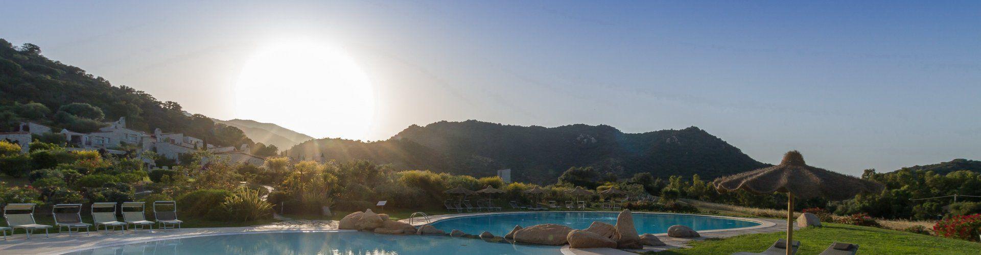 Ferienvilla im Villaggio in direkter Poolnähe in Cala Sinzias