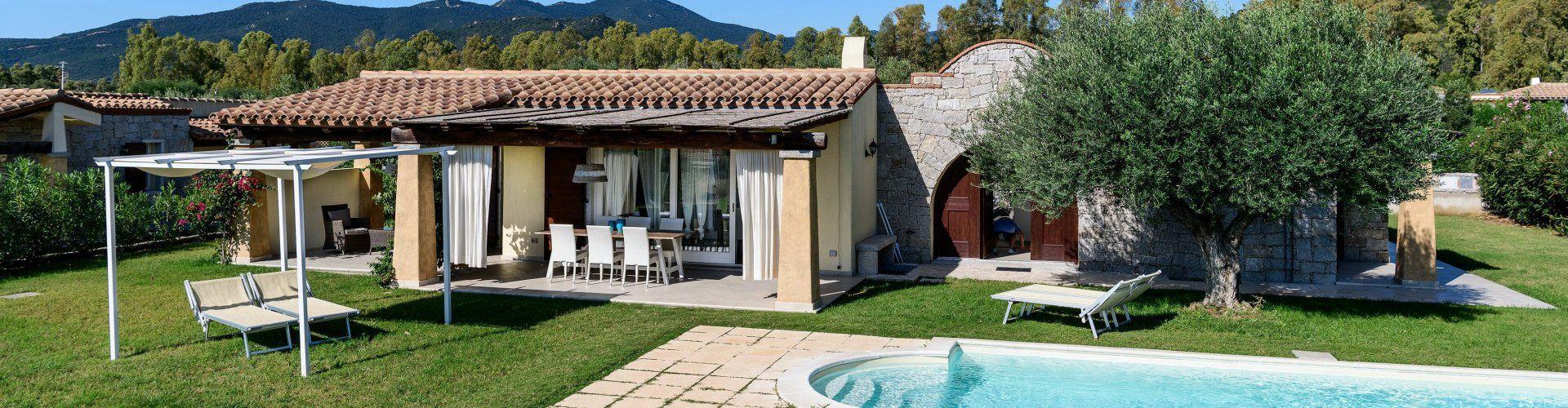 Hausansicht mit Terrasse und Privatpool