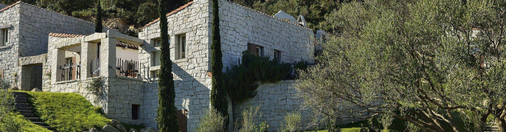 Hausansicht mit Olivenbaum