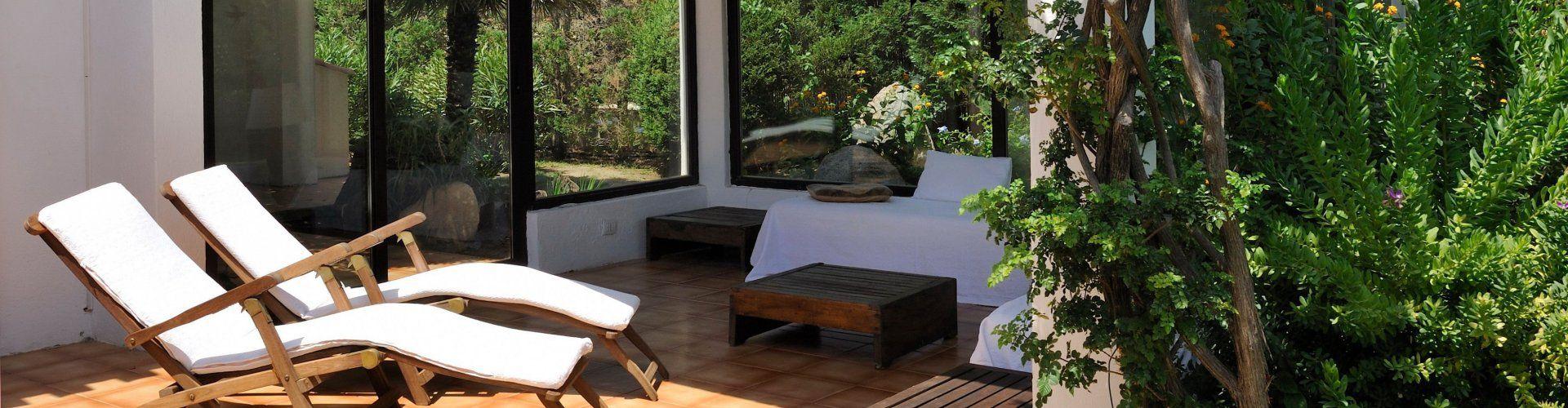Terrasse mit zwei Liegestühle