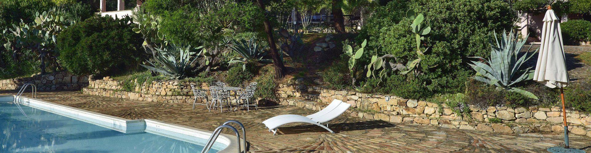 Liegestuhl mit Pool und Garten