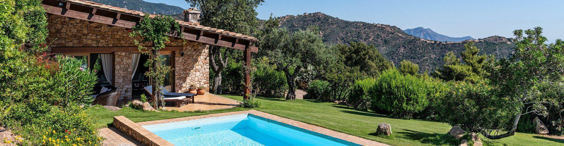Villa mit Pool und grüne Landschaft
