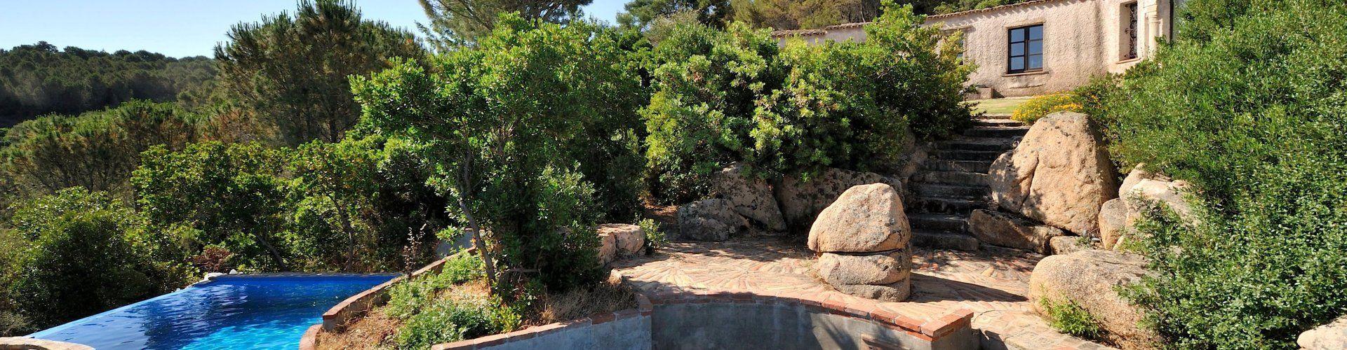 Pool und grüne Landschaft