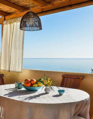 Terrasse und Essbereich außen mit Meerblick