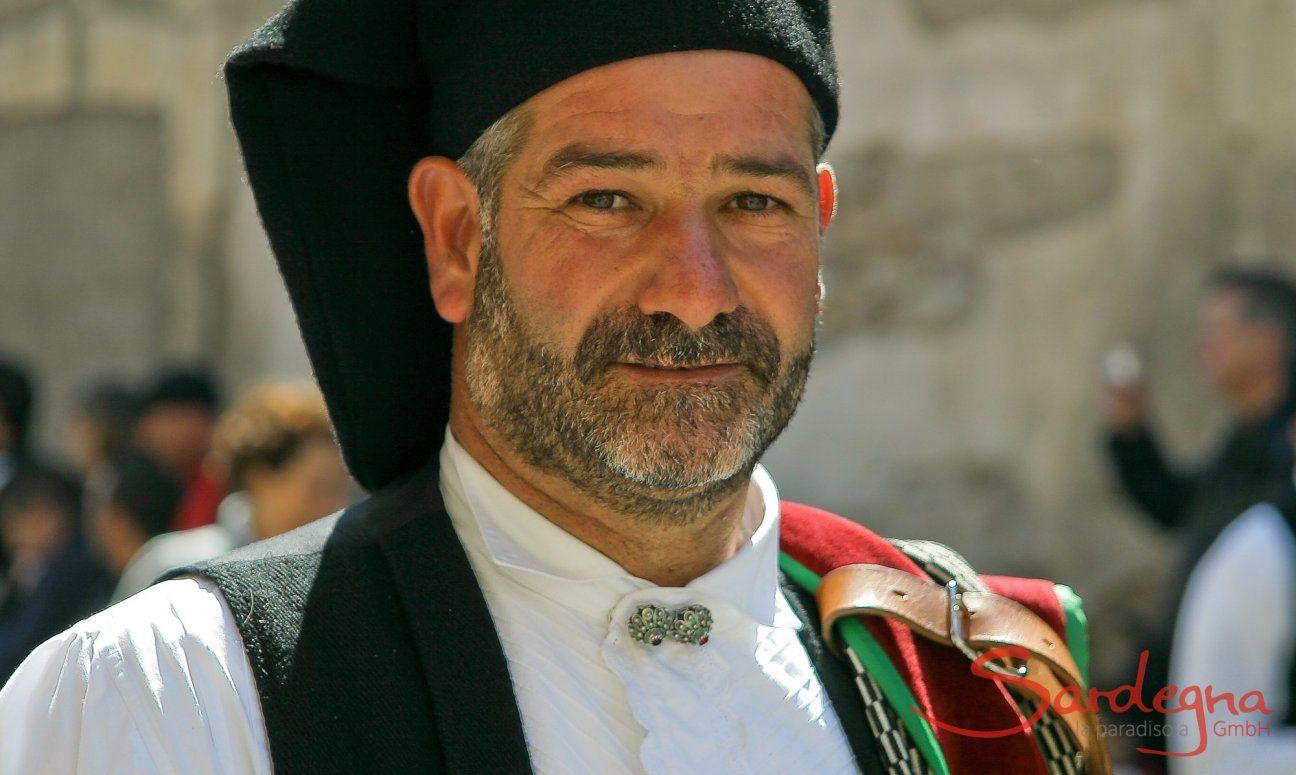 Mann mit Drei-Tage-Bart in traditioneller sardischer Tracht