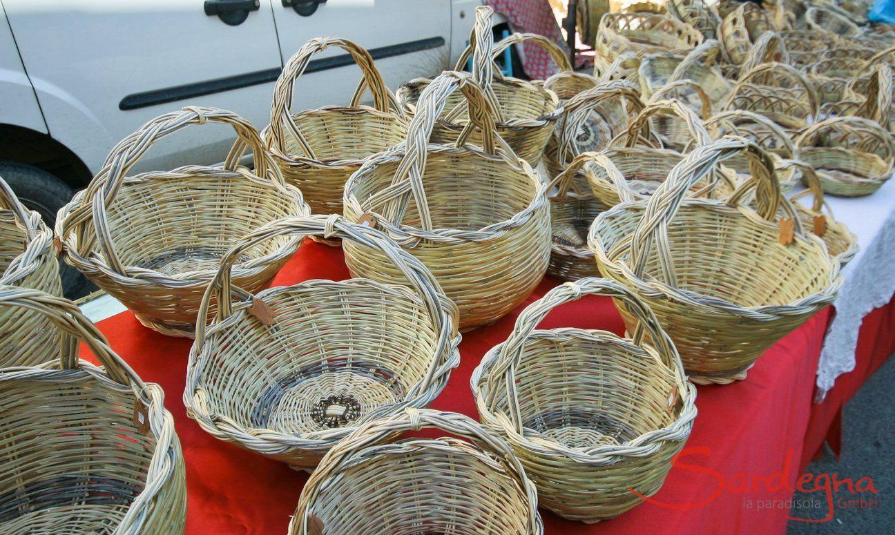 Stand mit handgefertigten Körben auf dem Markt von Muravera