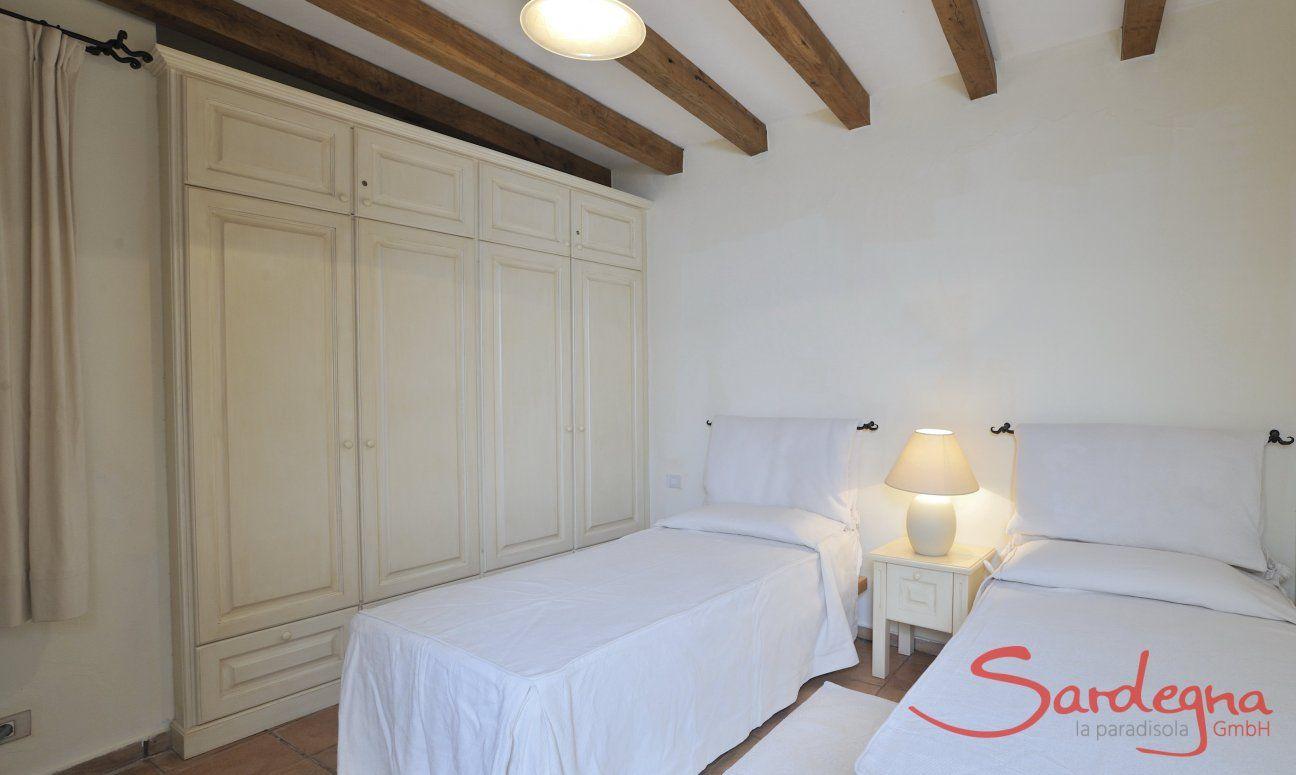 Schlafzimmer 1 mit Einzelbetten und Stauraum