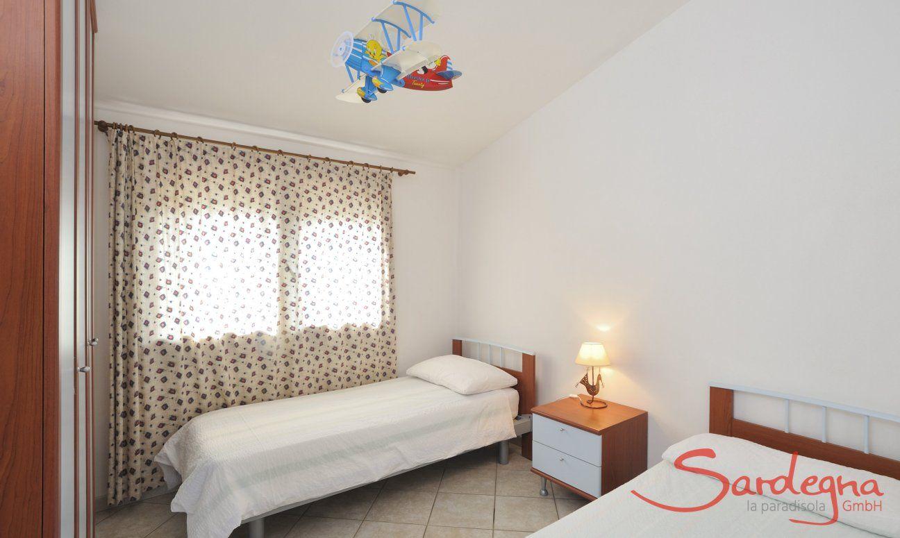 Schlafzimmer 4 unten mit zwei Einzelbetten
