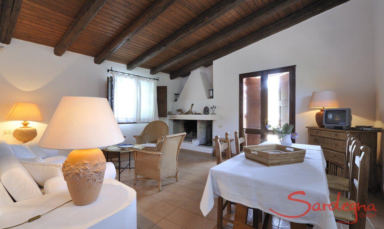 Wohzimmer mit Kamin, Sitzecke und Esstisch für 6 Personen