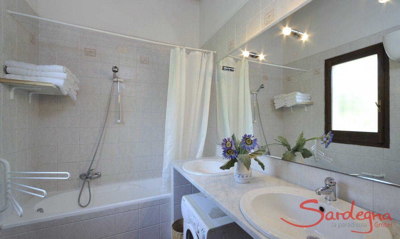 Modernes Bad mit Badewanne und Waschmaschine