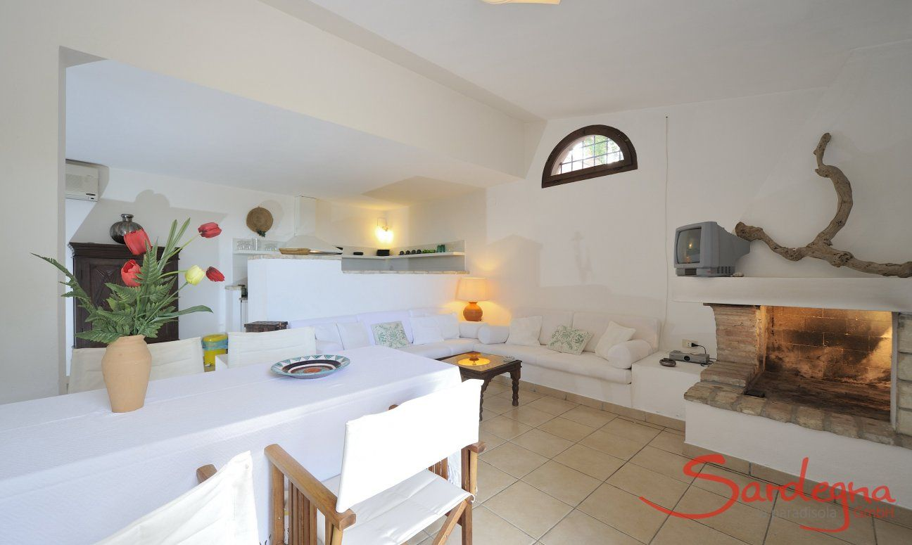Wohnzimmer mit Blick auf die offene Küche