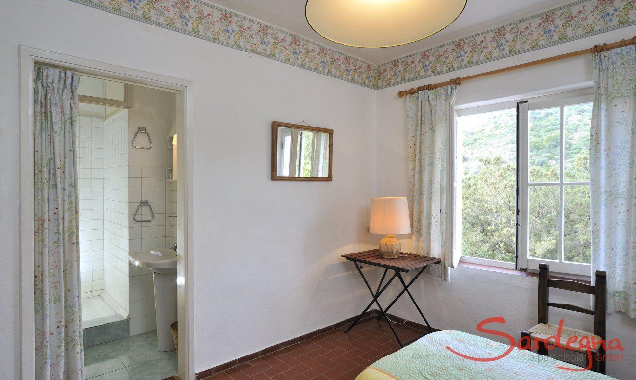 Schlafzimmer 2 mit zwei Einzelbetten und Ensuite-Bad