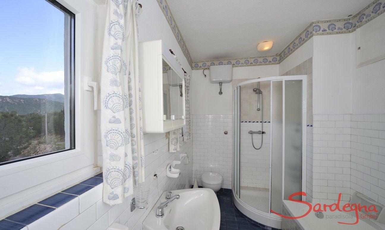 Badezimmer 1 mit Dusche und Badewanne