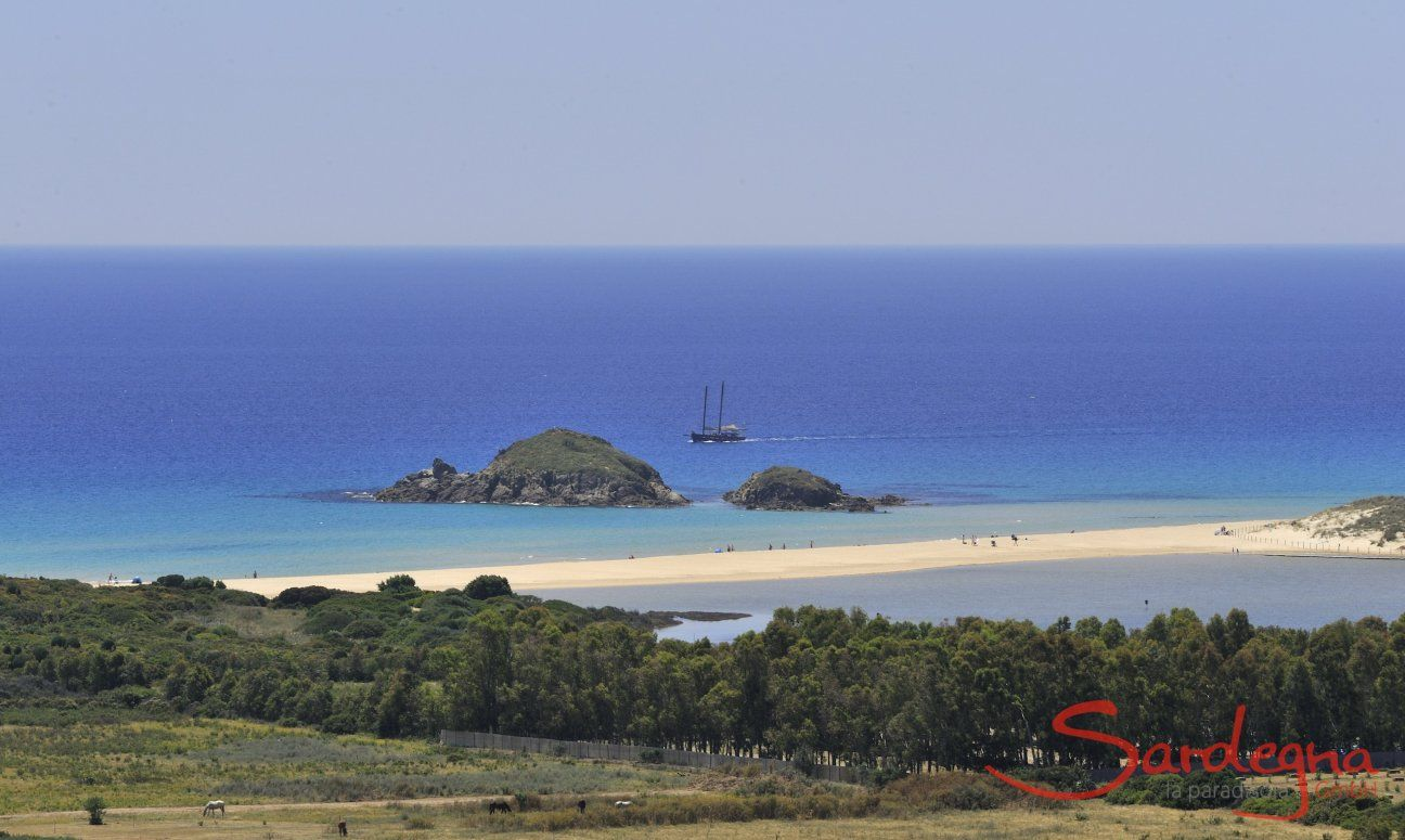 Chia Blick auf die Insel Su Guventu mit Schiff