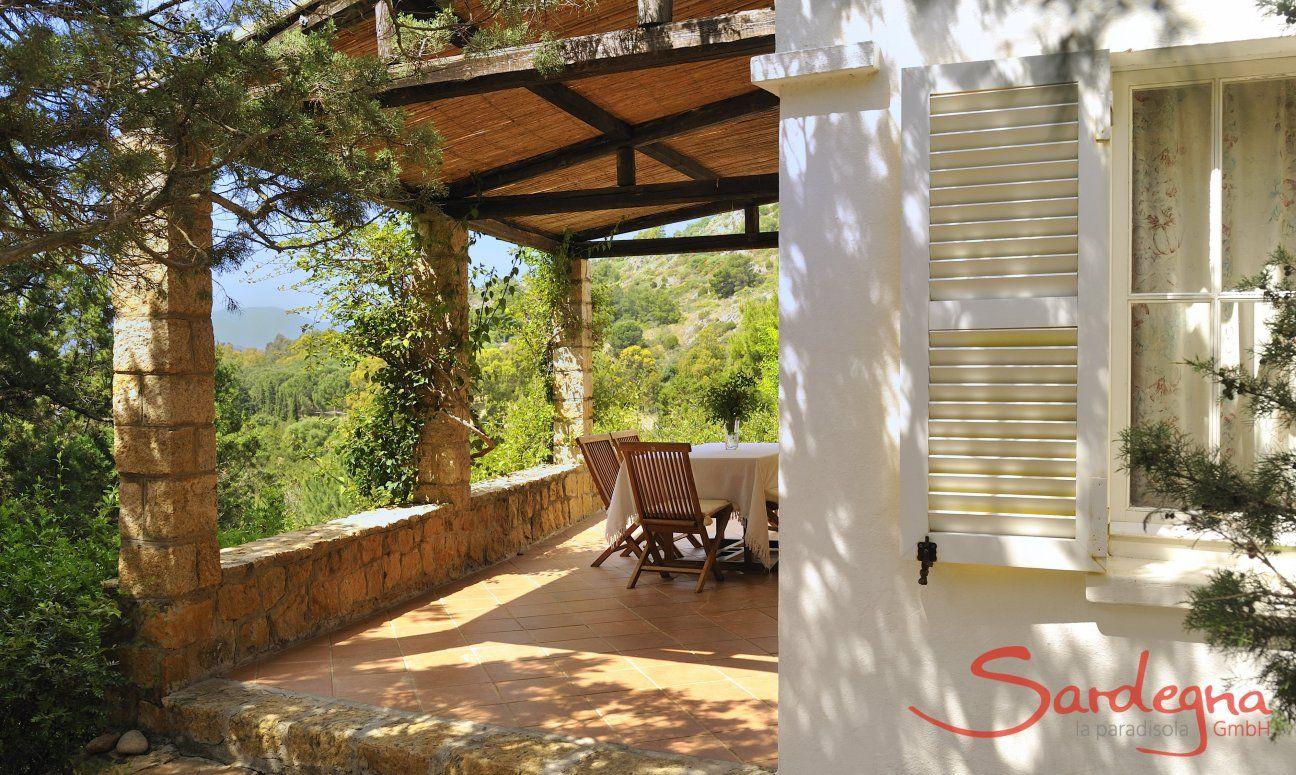 Gemütliche, überdachte Terrasse der Villa Bau Cannas