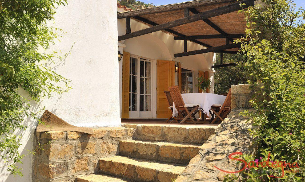 Treppenaufgang zur überdachten Terrasse