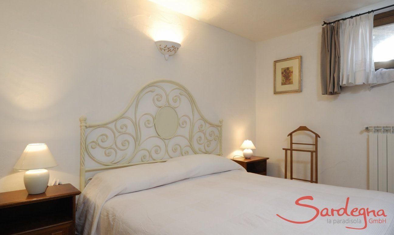 Schlafzimmer 2 (UG) mit Doppelbett