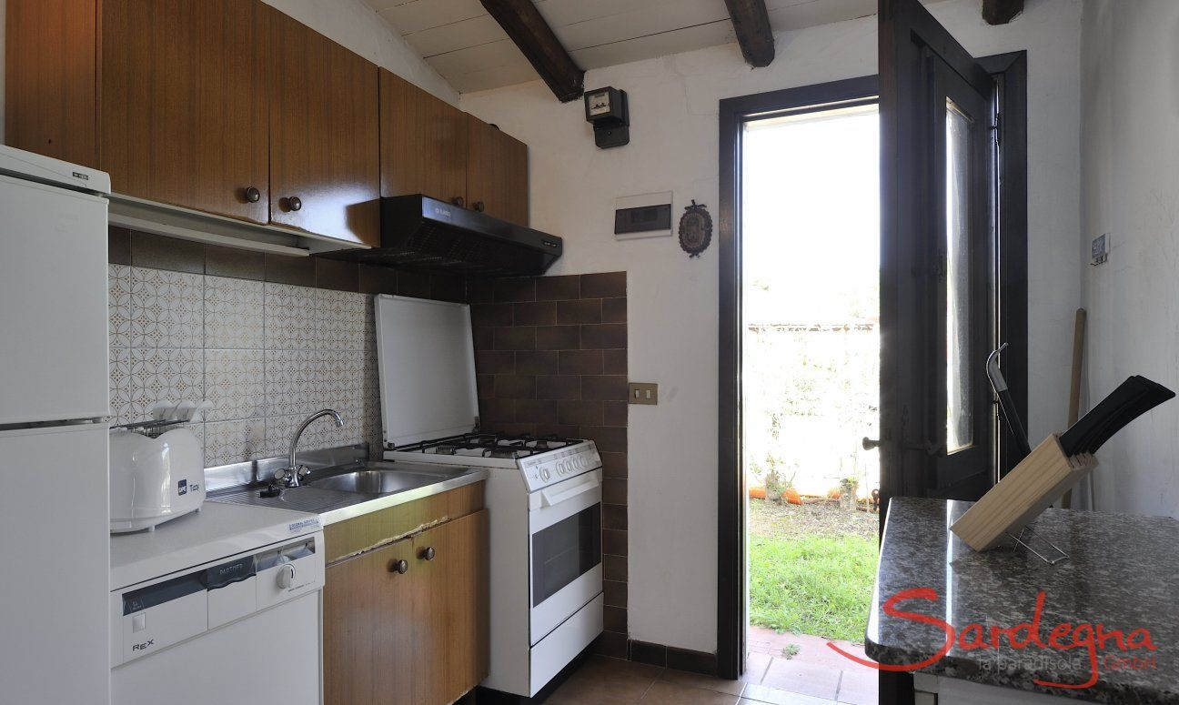 Küche mit allen wichtigen Geräten und Gartenzugang