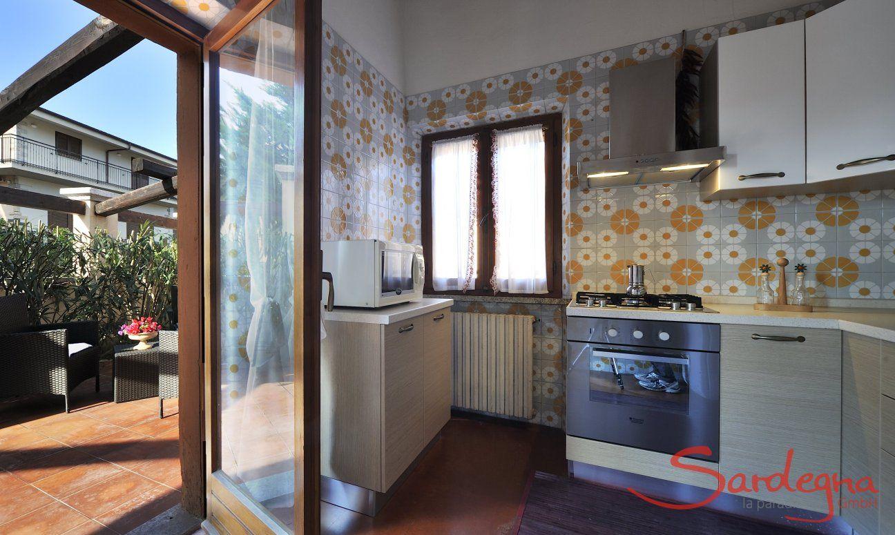 Küche mit Türe zum Garten