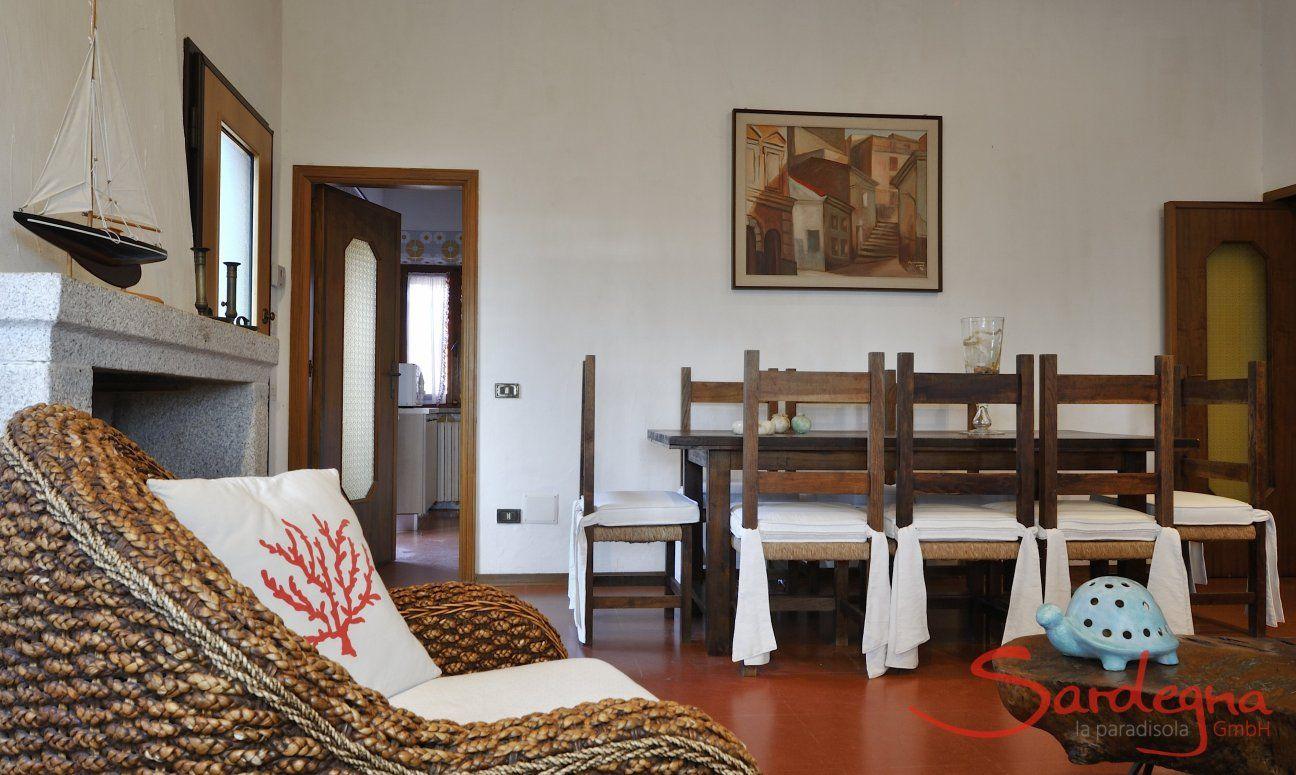 Essbereich mit großem, rustikalen Tisch