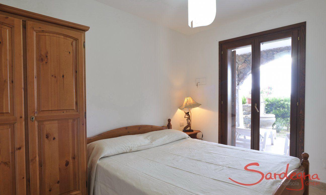 Schlafzimmer 2 mit Doppelbett und Terrassenzugang