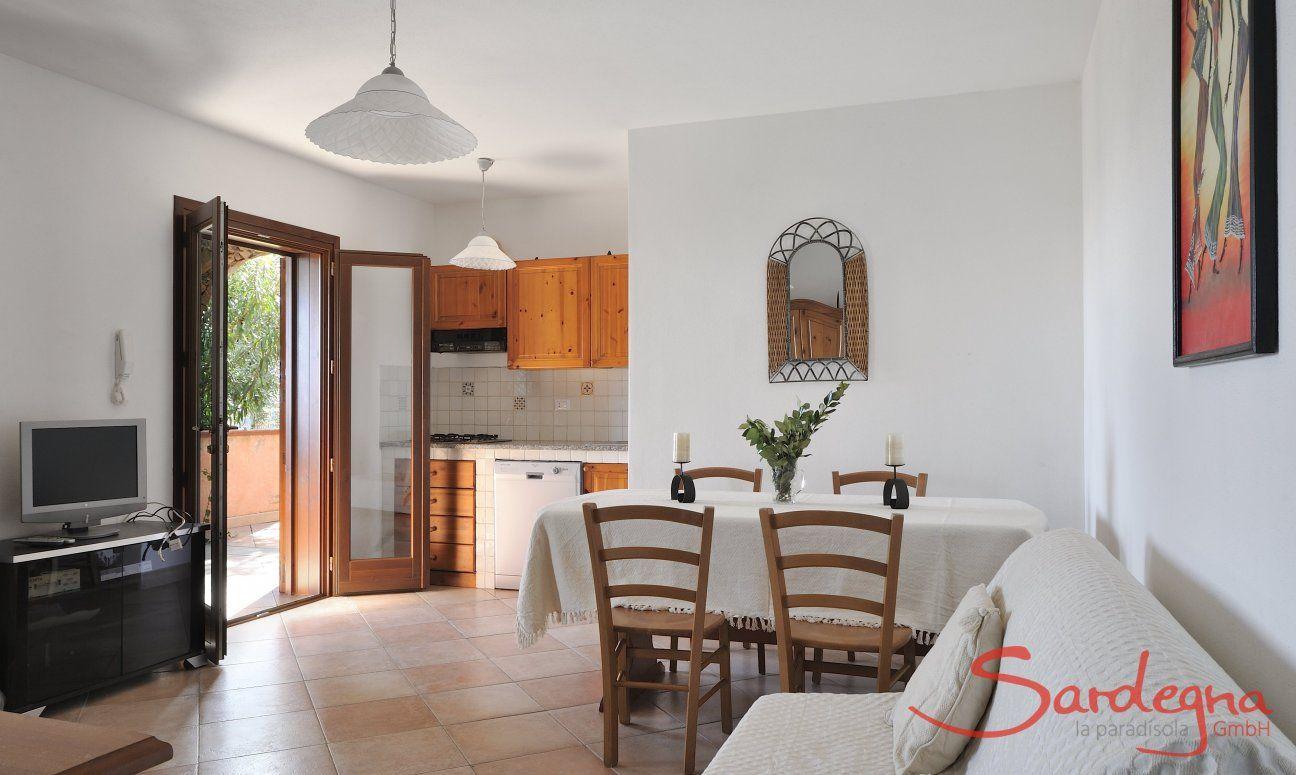 Wohnbereich mit Küche, Esstisch und Sofaecke