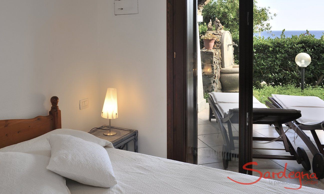 Schlafzimmer 1 mit Doppelbett und Terrassenzugang