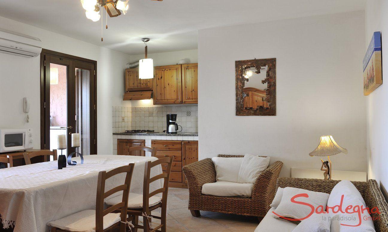 Wohnbereich mit Esstisch, Sofaecke und Küche
