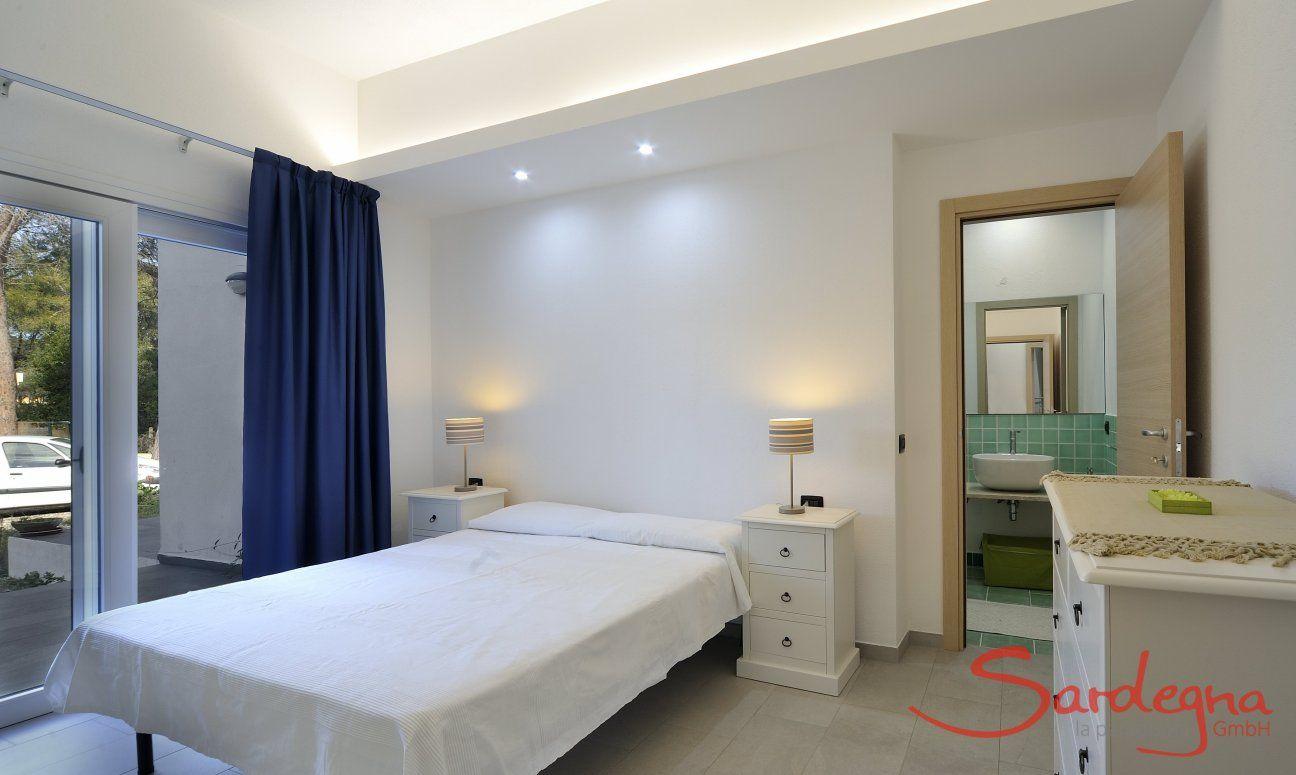 Schlafzimmer 1 mit Doppelbett und ensuite-Badezimmer