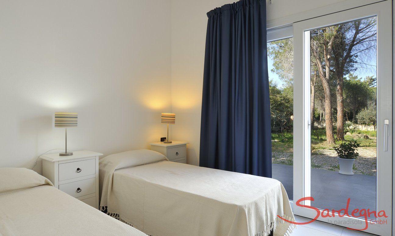 Schlafzimmer 2 mit Einzelbetten und Gartenzugang