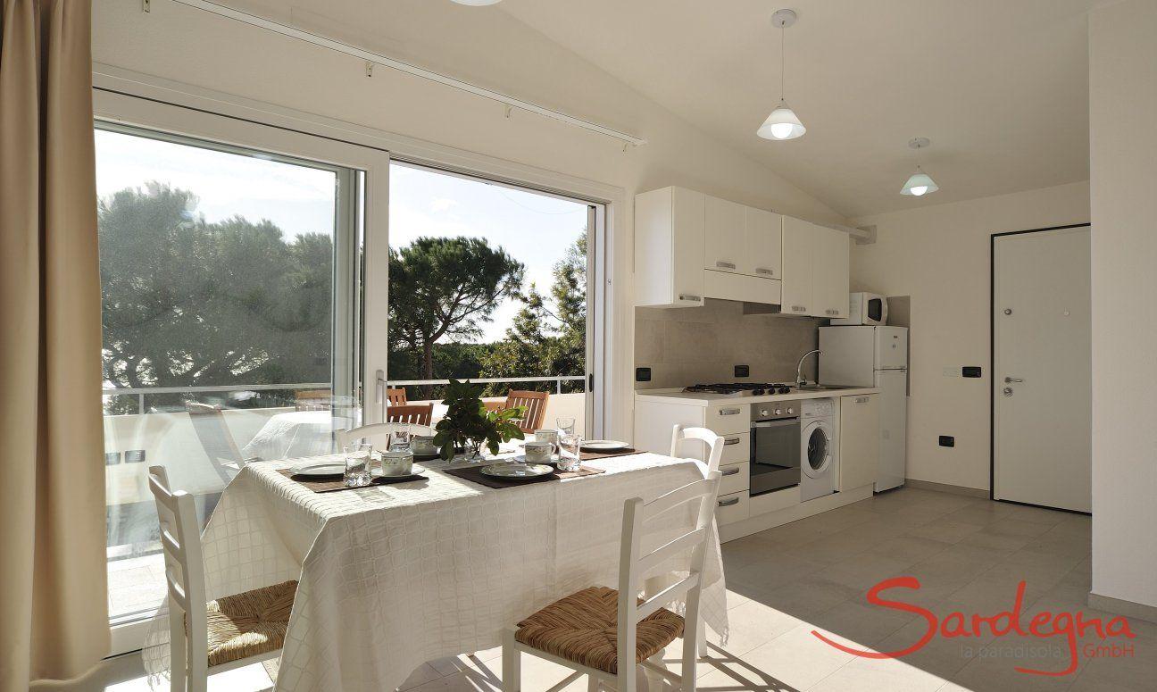 Essbereich mit offener Küche und Glasfront
