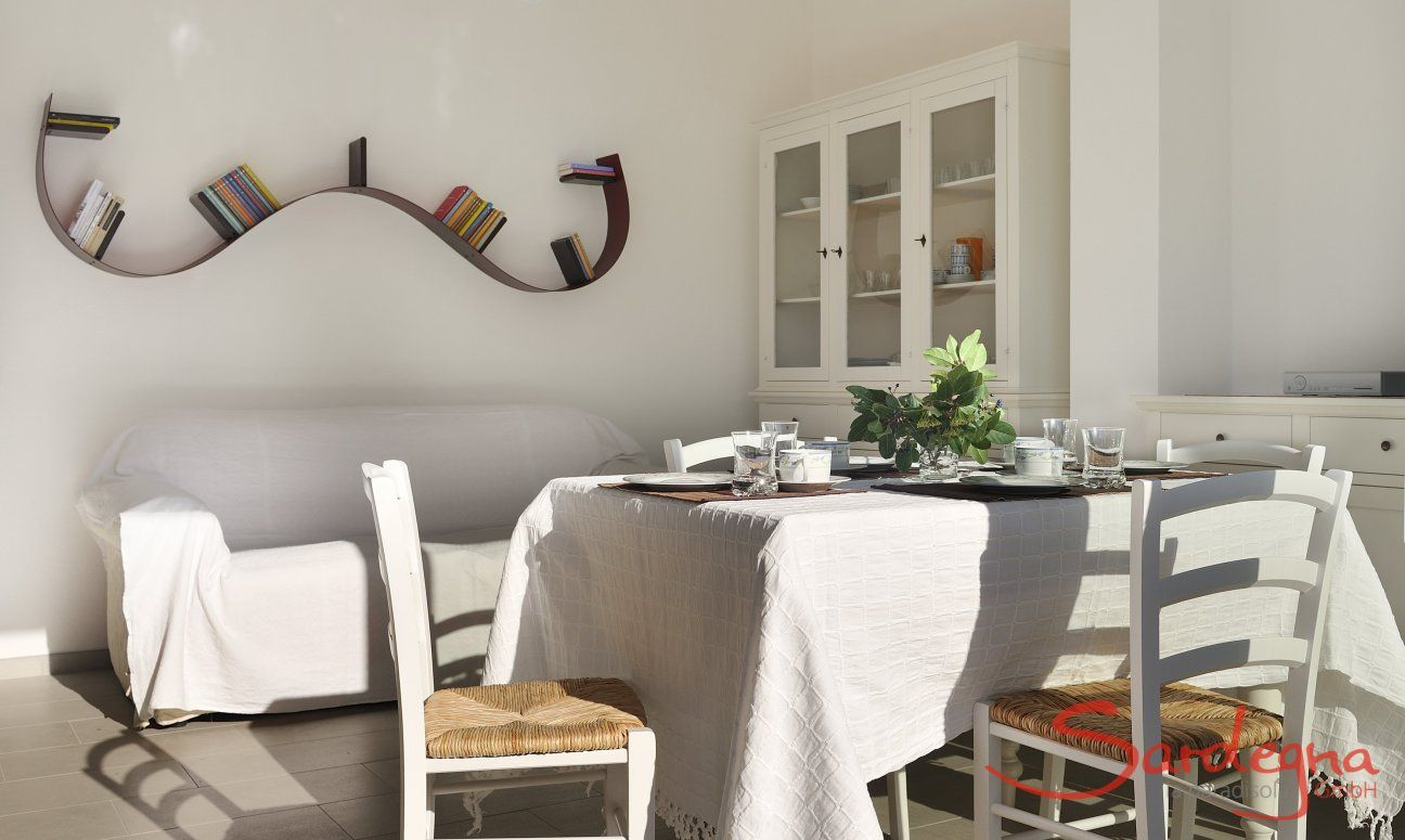 Esstisch und Sofa im Wohnbereich