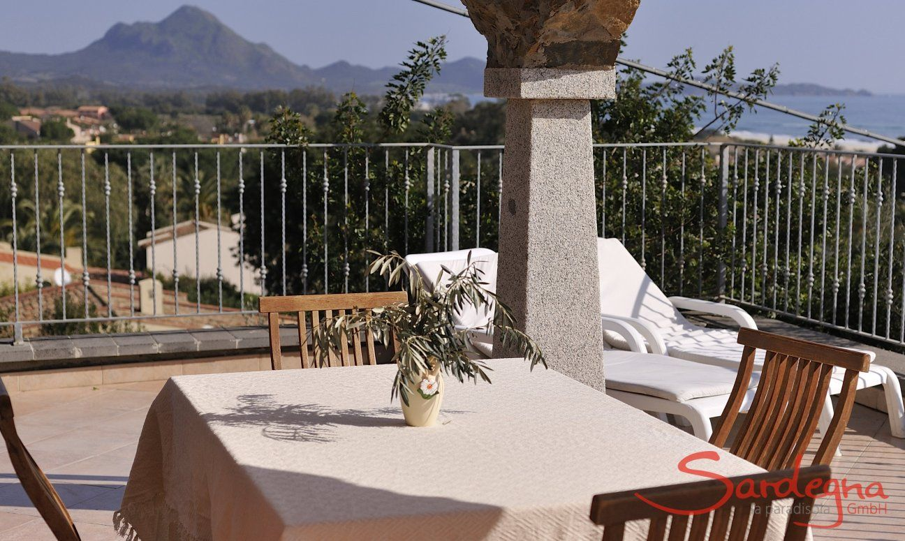Essbereich auf der Terrasse mit Meerblick