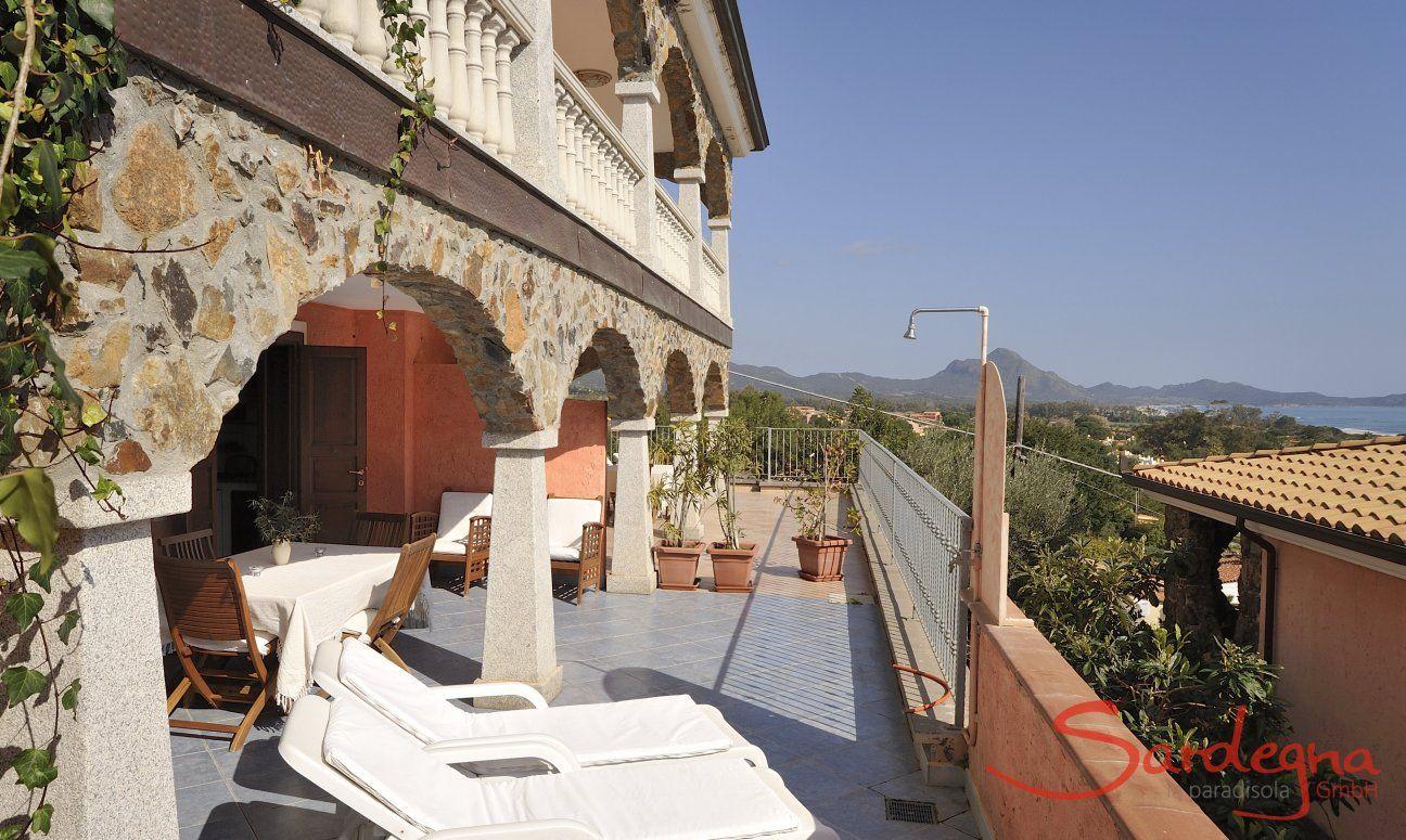 Terrasse mit Sonnenliegen und Meerblick
