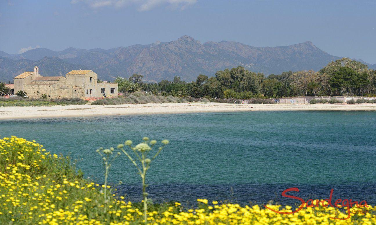 Strand von Nora bei Pula mit der Kirche Sant Efisio