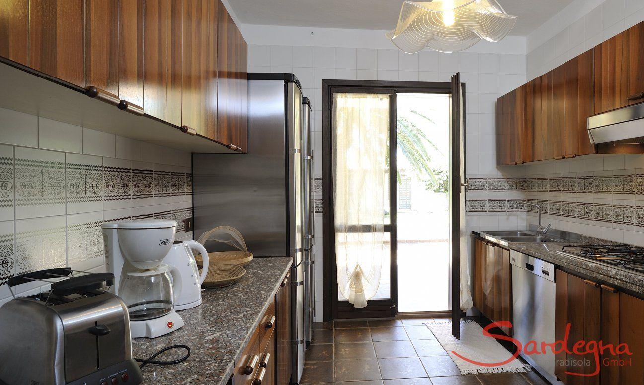 Vollausgestattete Küche mit Gartenzugang