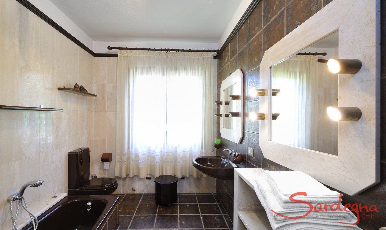 Modernes Badezimmer 1 mit Badewanne