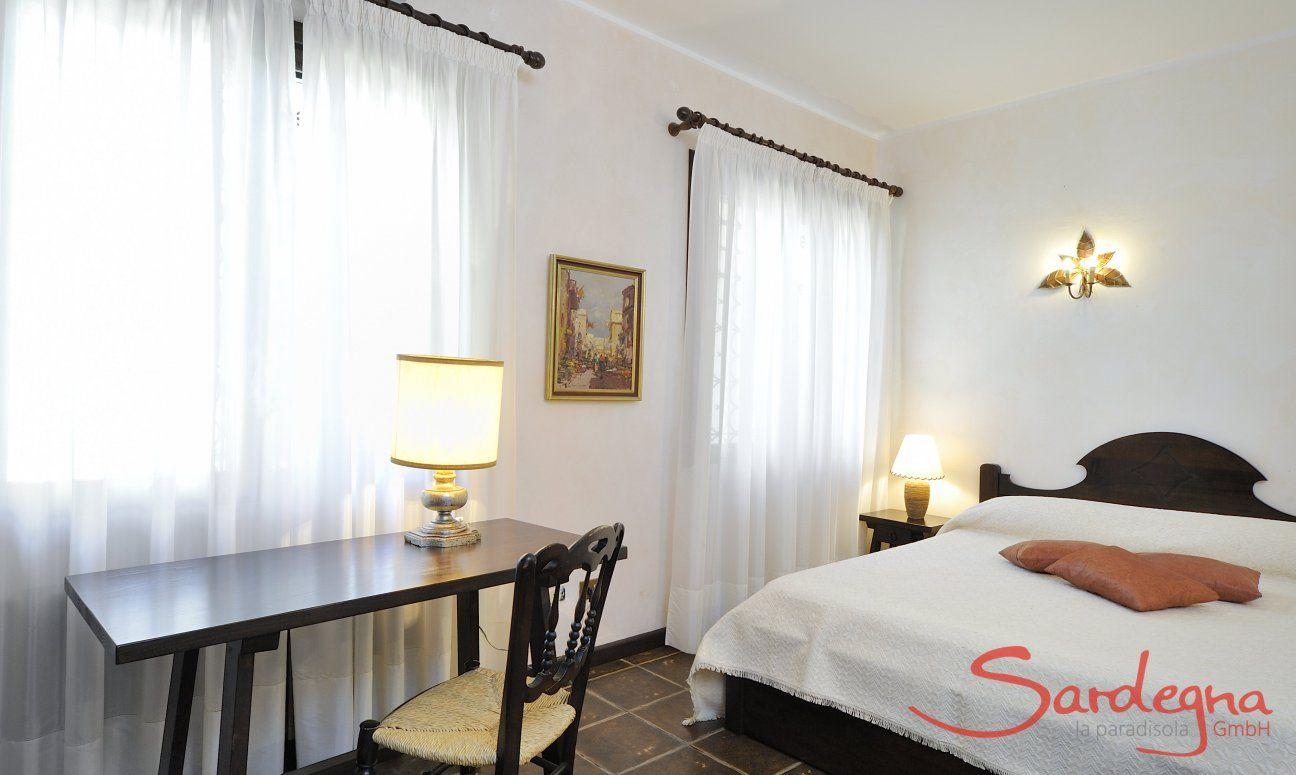 Schlafzimmer 1 mit Doppelbett und Ablagetisch