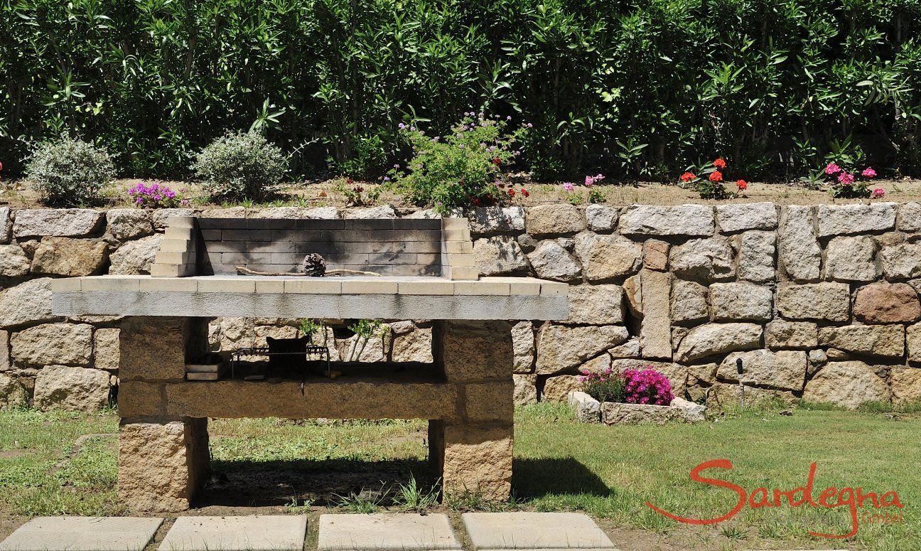 Aussengrill aus Stein im Garten