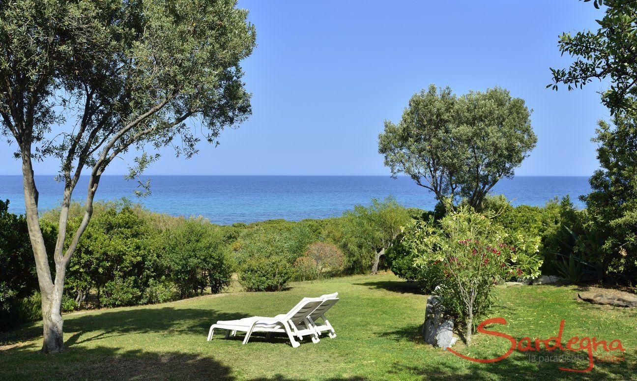 Groß angelegter Garten mit Blick auf das türkisfarbene Meer