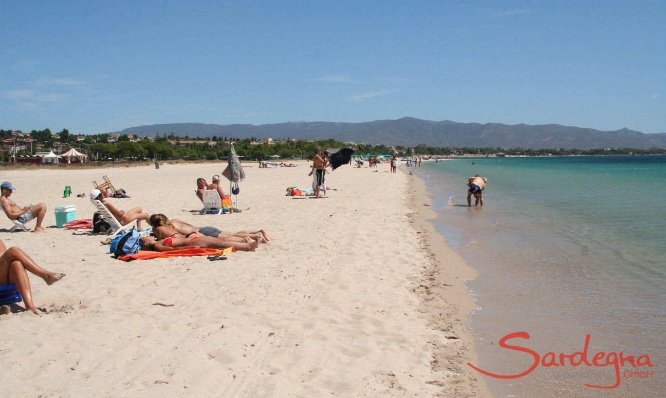 Badegäste am weißen Sandstrand Poetto bei Cagliari