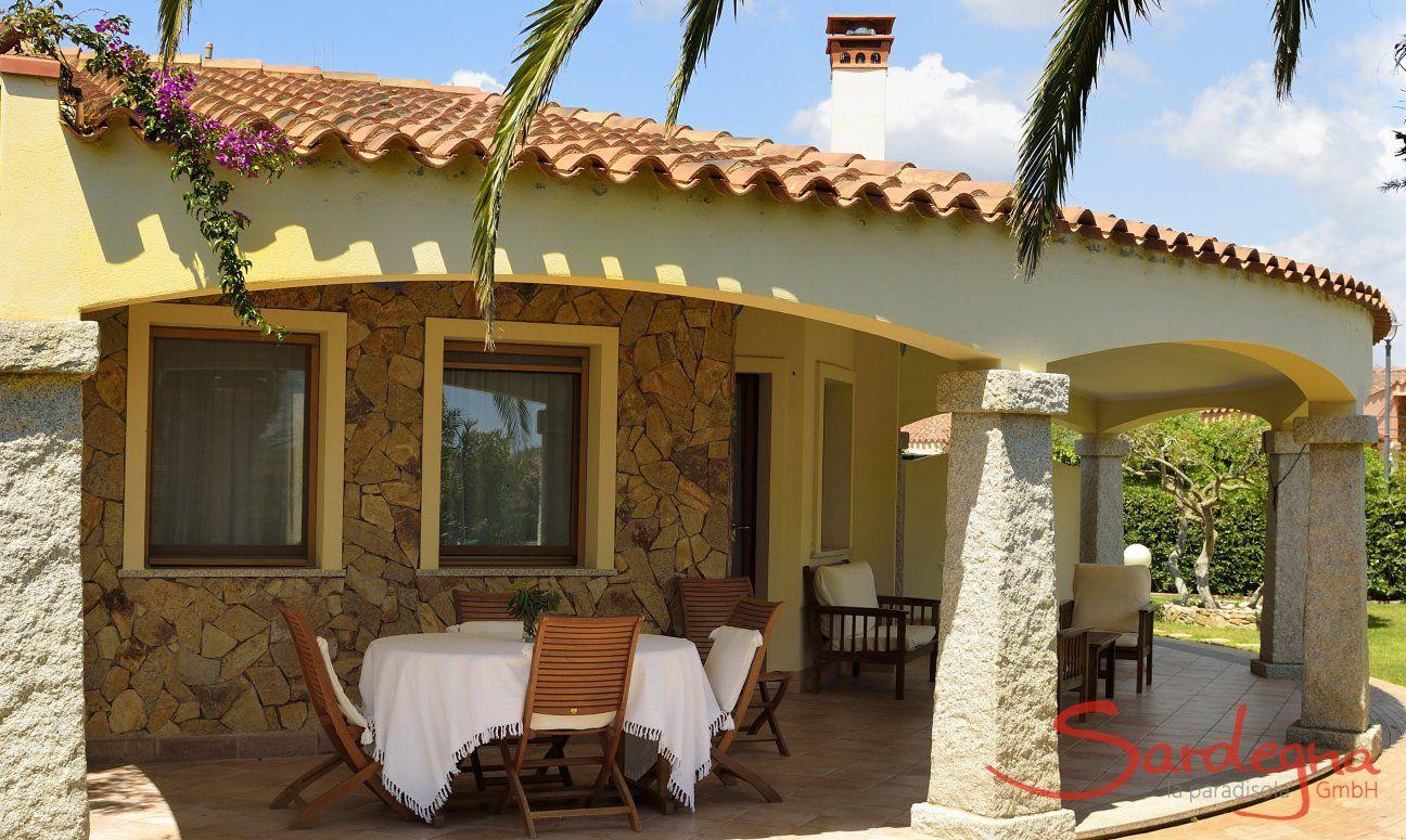 Überdachte Terrasse mit Lounge-und Essbereich